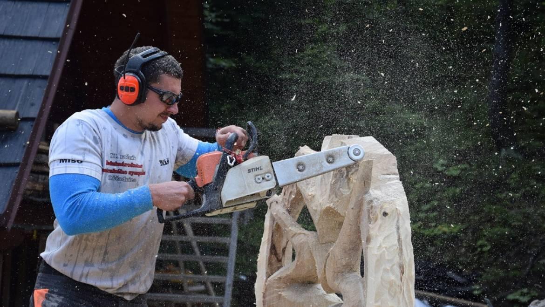V Dedovke ožili kusy dreva pod rukami umeleckých rezbárov